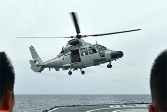 中国海军第30批护航编队直升机跨昼夜飞行训练