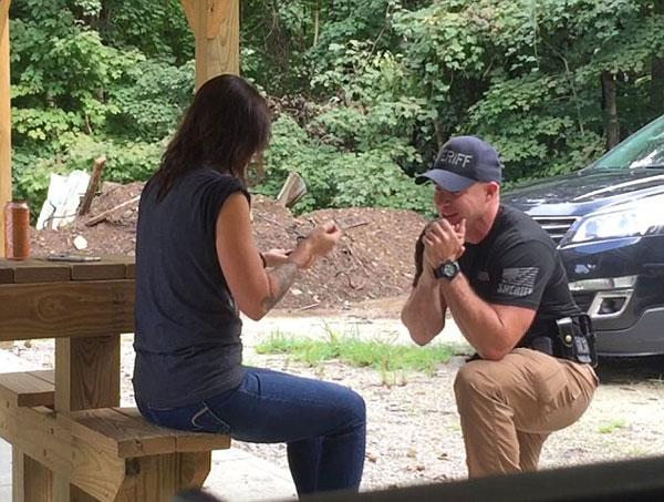 警长用枪和定制靶在初遇射击场向女友求婚