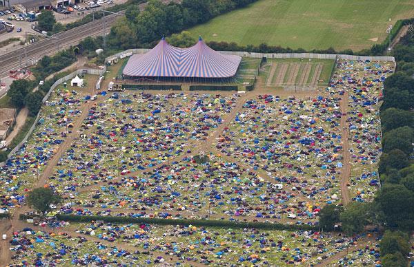 英伯克郡10万人参加阅读节留下逾6万顶帐篷