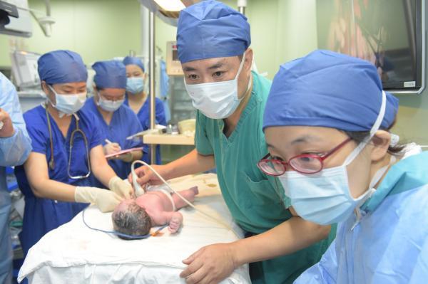 在妈妈子宫内接受心脏手术的宝宝出生了,重7斤9两很健康