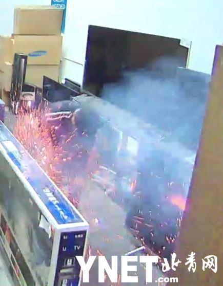 加州男子抽电子烟 电子烟突然爆炸至其大腿烧伤