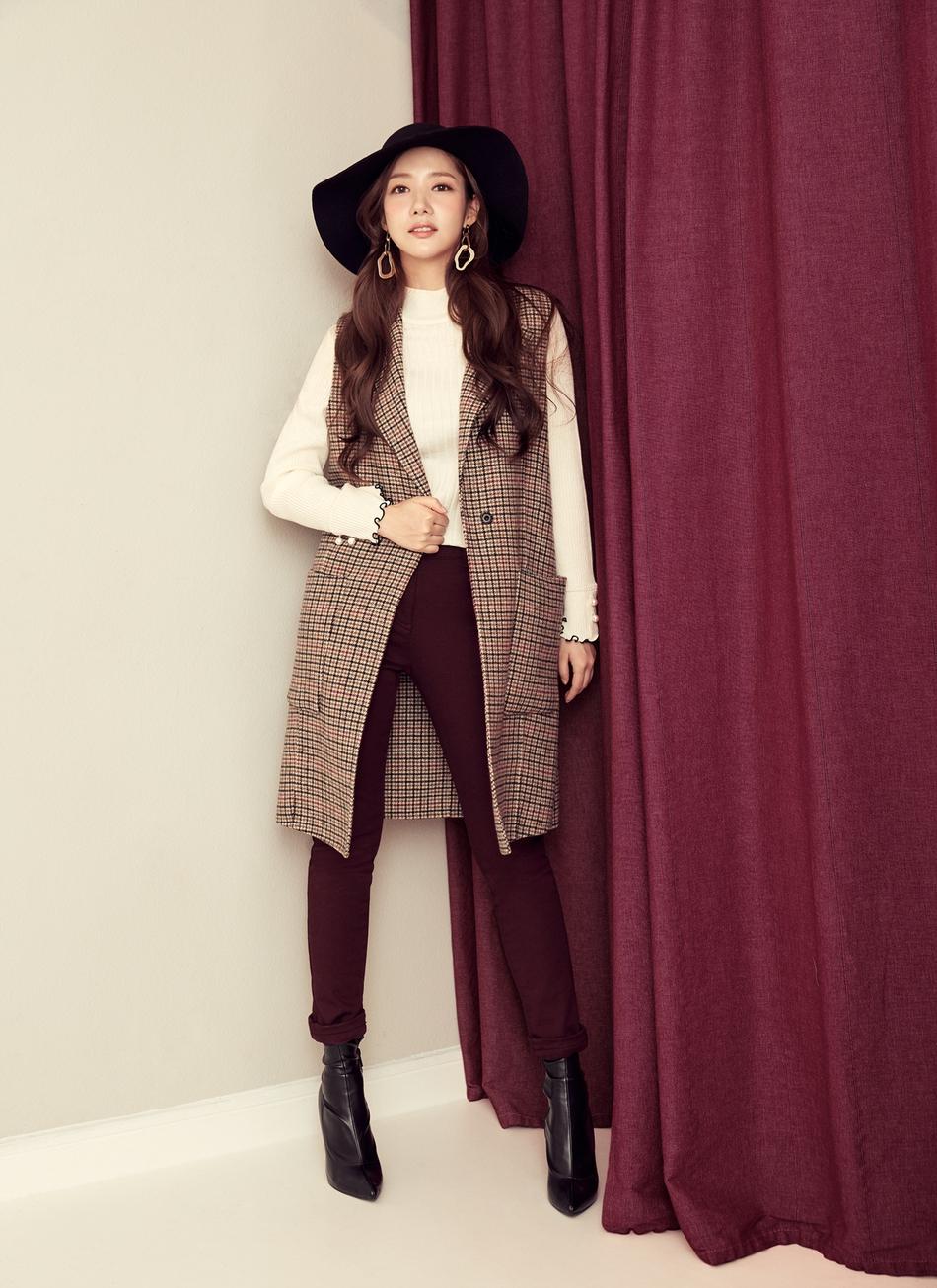 组图:《金秘书》朴敏英甜笑惹人爱 再展职场时尚