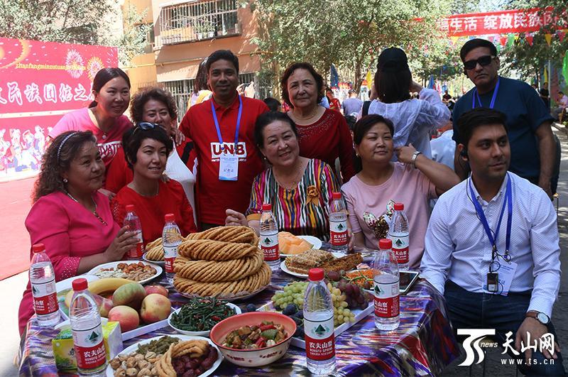 中外记者民族团结大院里品尝百家宴