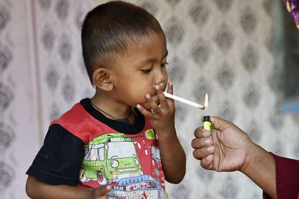 印尼2岁男童因捡烟头染上烟瘾 一天竟要抽两包才行