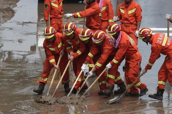 江苏消防官兵驰援寿光灾区进行道路清淤