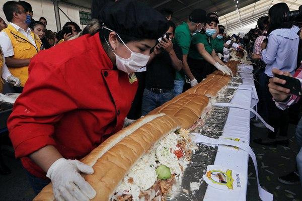 """吃货福利!墨西哥民众制作""""世界最大""""三明治 长70米重865公斤"""