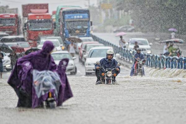 福建泉州大雨倾盆 民众在齐腰深积水中跋涉