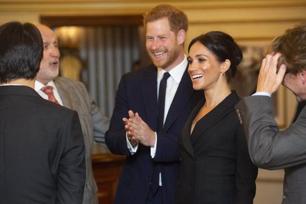 哈里王子夫妇亮相伦敦慈善演出现场 梅根王妃尽显优雅气质