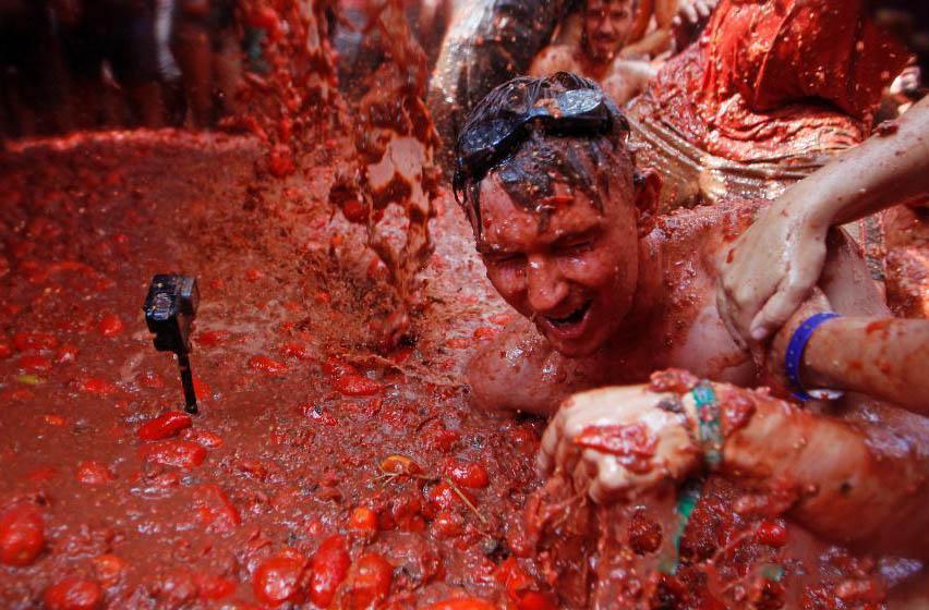 西班牙小镇举行番茄大战 数万人混战嗨翻天