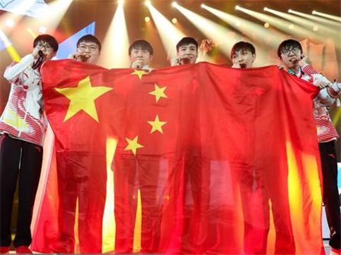 举着国旗和韩国队握手 CCTV5提出点名表扬