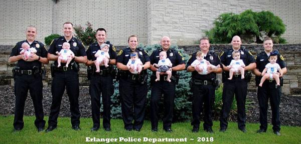 美8名警察身穿制服怀抱各自新生儿 合影萌翻众人