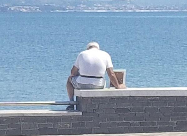 意大利老人每日带亡妻照片去海边:她是我的一切