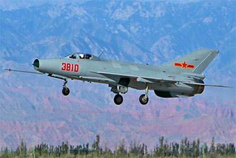 戈壁大漠中飞行员驾驶歼7战机演练战法