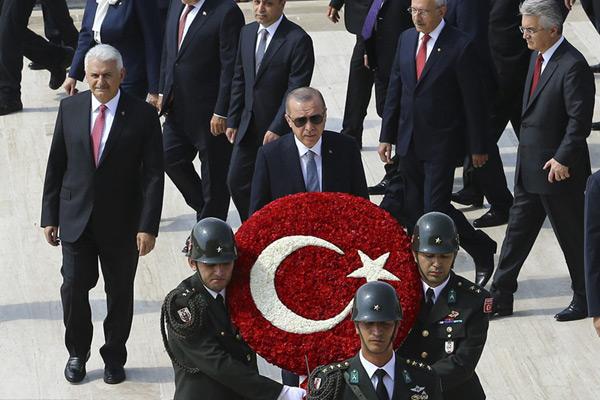 土耳其总统埃尔多安向国父陵敬献花圈 纪念胜利日96周年