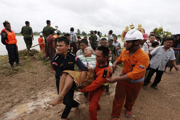 缅甸大坝溃口洪水泛滥 6.3万人受灾士兵划船撤离灾民