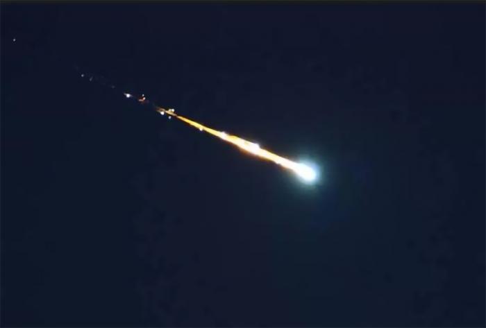 车载摄像头拍下陨石造访澳大利亚珀斯坠落画面