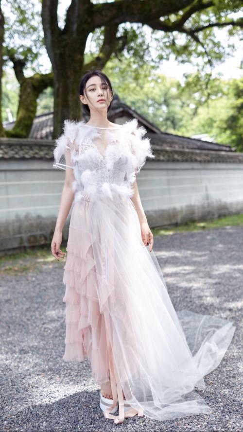 张馨予果然够低调,三套婚纱的价钱都不敌Angelababy的一套婚纱
