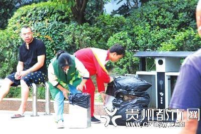 15岁男孩帮环卫工母亲捡垃圾