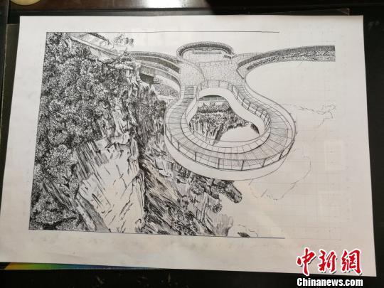 图为白潍正在创作的钢笔画《云阳龙岗玻璃廊桥》原图。 邹晓红 摄