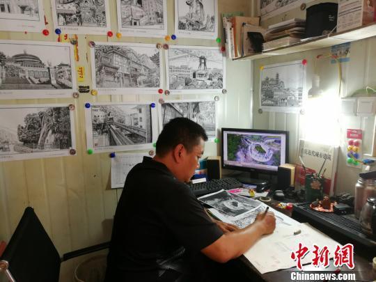图为白潍正在画画。 邹晓红 摄