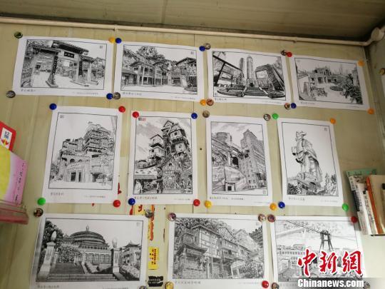 """图为白潍所画部分重庆""""网红景点""""钢笔画的复印件。 邹晓红 摄"""
