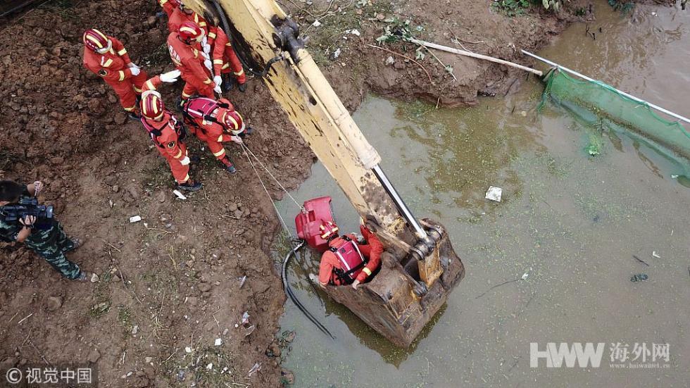 航拍山东寿光救援现场 消防官兵加紧抢险排涝