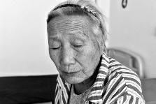 被医院拉去做白内障手术 78岁独居老人左眼失明