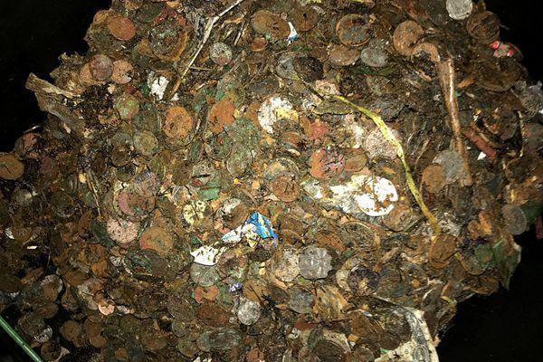 英国一酒吧从十五世纪许愿井打捞出数百磅硬币