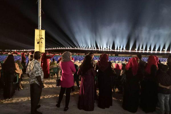 中马友谊大桥开通仪式 当地民众聚集海边观看