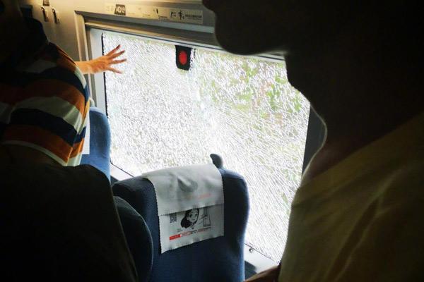 高铁行驶中车厢冒烟 乘客砸碎车窗玻璃