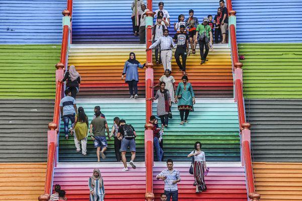 """又一""""网红""""拍照打卡处!马来西亚彩虹楼梯成地标性景点"""