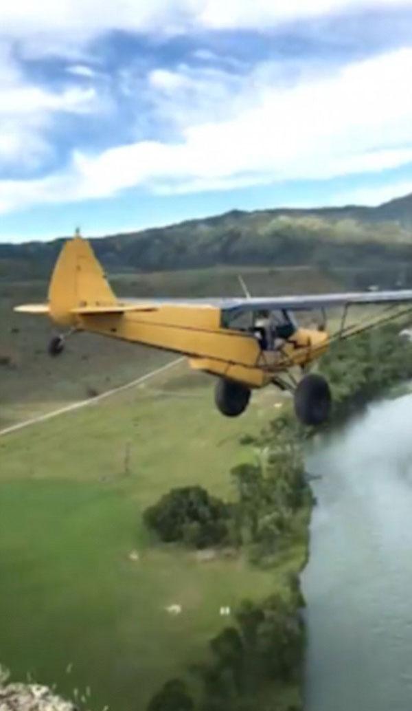 有惊无险!美男子驾驶老式飞机炫技从悬崖上一跃而下