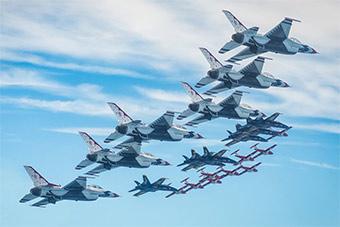 美两大飞行表演队和加空军表演队密集编队飞行