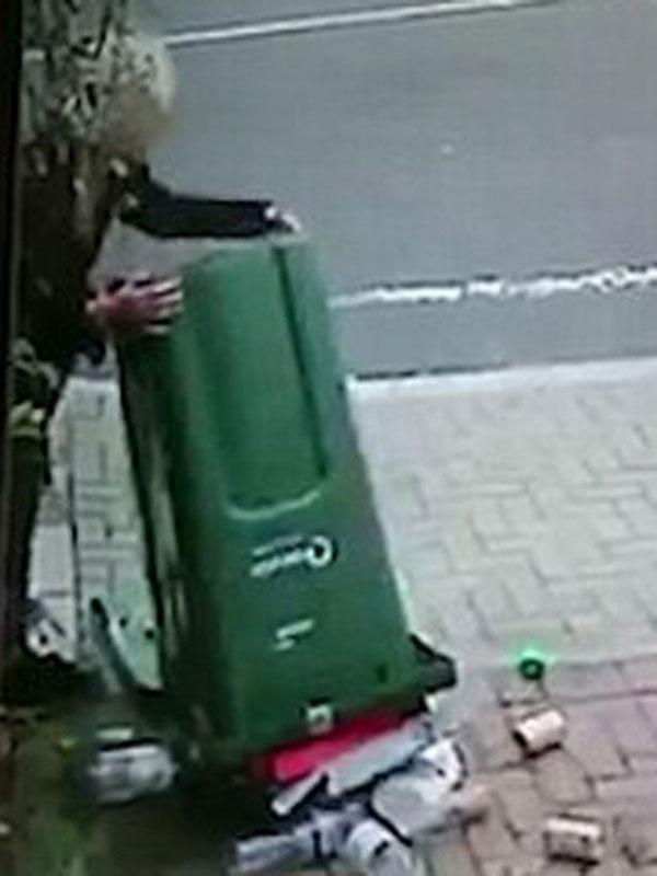 英女子错过垃圾收集时间 将垃圾倾倒在邻居车道