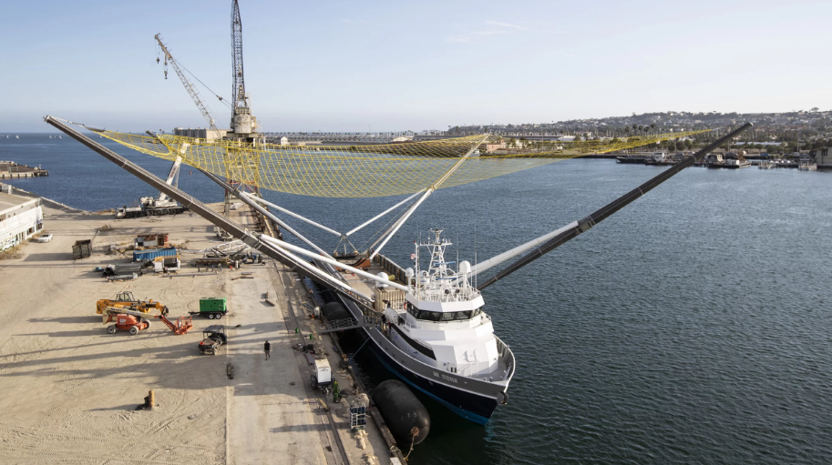 SpaceX将尝试回收火箭整流罩 于是制造了这艘船