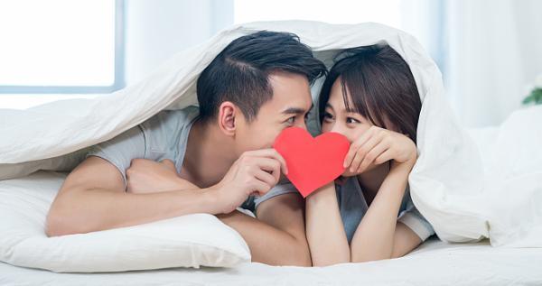 问答|女友亲破男友耳膜 亲吻也有风险?
