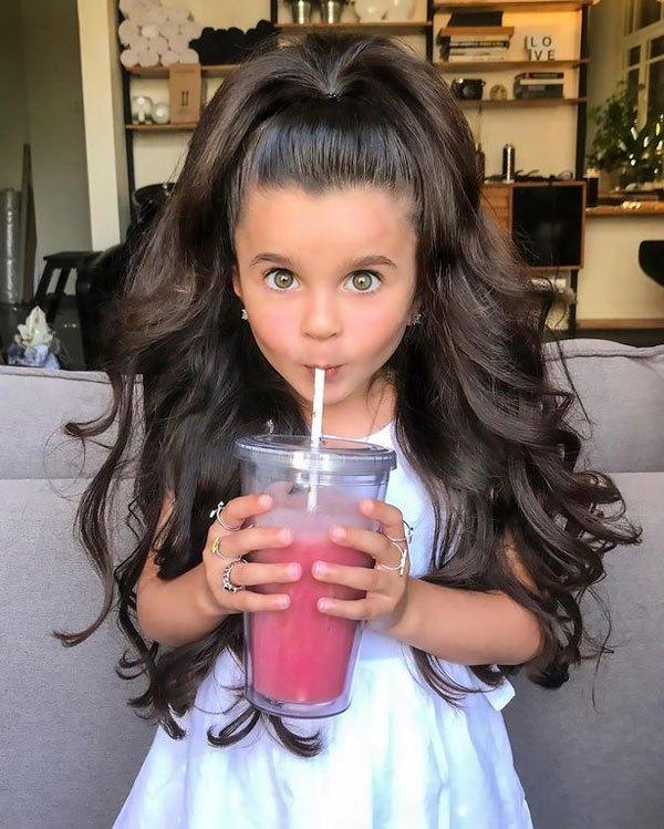 以色列五岁女孩因傲人秀发走红网络