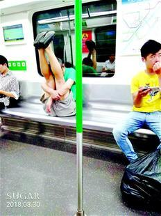 白发老人地铁上晨练 高难动作让人捏把汗
