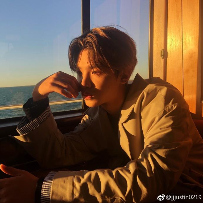 Justin登甲板眺望大海 与董又霖夜游澳洲合照超有型