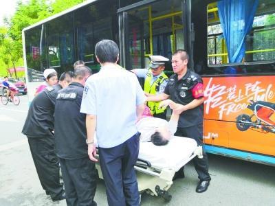 公交乘客吃馒头堵塞气道 紧急抢救 26分钟恢复心跳