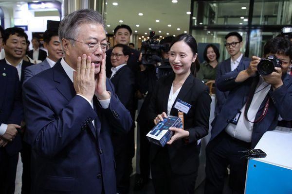 """韩总统文在寅体验智能皮肤测试 """"肤龄""""60岁害羞直捂脸"""