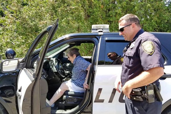 """美国93岁老人过生日 却被女儿""""送""""进了警车里"""