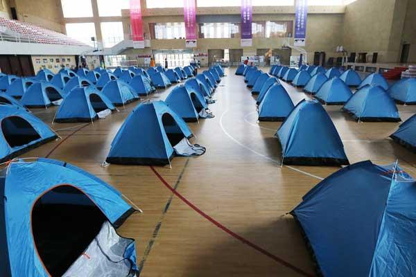 西安一高校准备近百个帐篷供家长休息