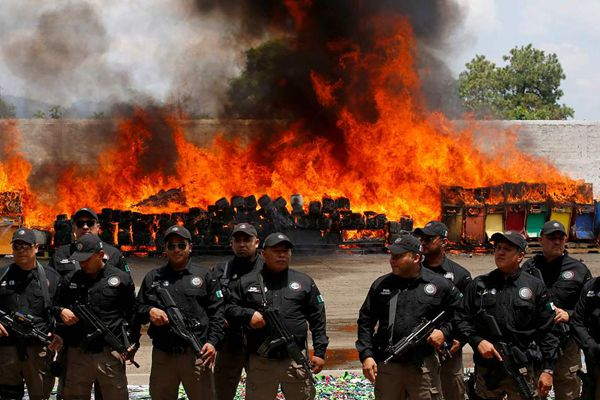 墨西哥警方销毁缴获毒品 焚烧现场烈焰滚滚