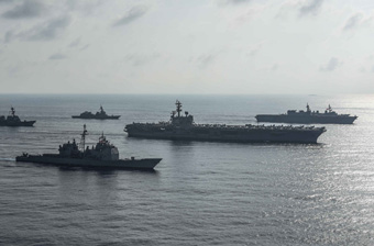 """日本直升机航母跟着美军航母""""巡航""""南海"""