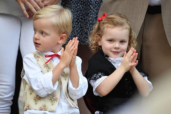 摩纳哥皇室宝宝着民族服饰野餐 拍手庆祝和父母一起跳舞
