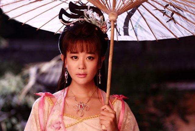 女星打伞,林心如温柔,迪丽热巴惊艳,而她最让人移不开眼!