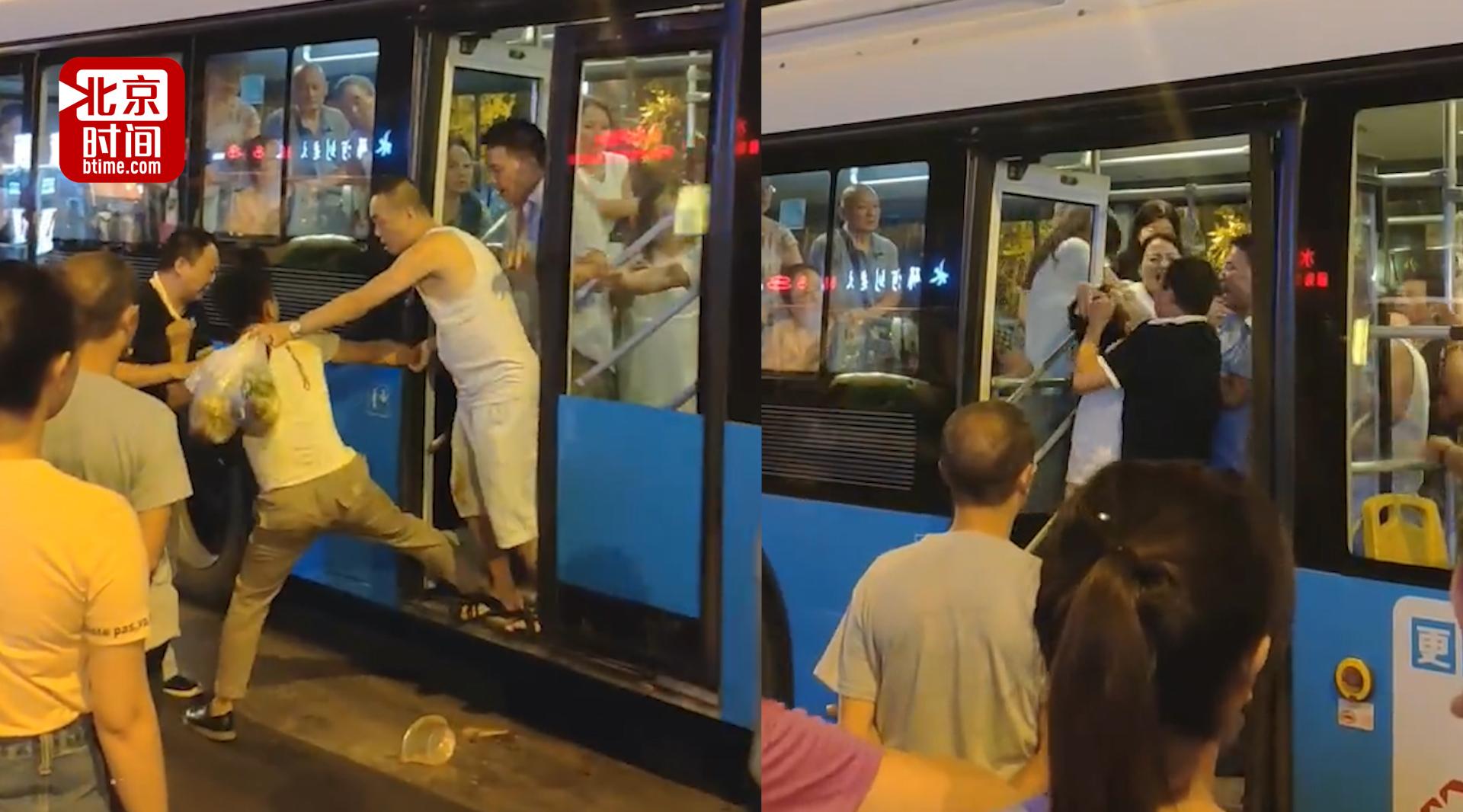 仨老头公交袭臀女孩 小伙出言喝止反被打成脑震荡