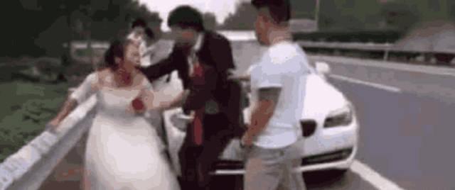 新娘半路强行下车悔婚, 新郎下跪挽留, 知道原因后, 网友怒斥: 活该!