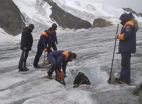 登山者遇难4年后遗体被找到 救援人员花4天时间从冰盖中挖出